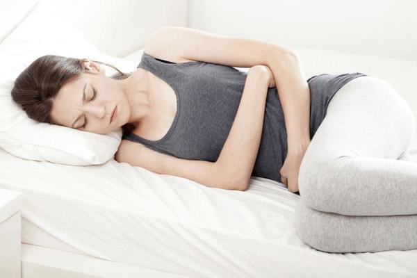 Đau bụng kinh dữ dội là một trong những dấu hiệu kinh nguyệt bất thường cần phải được theo dõi thường xuyên