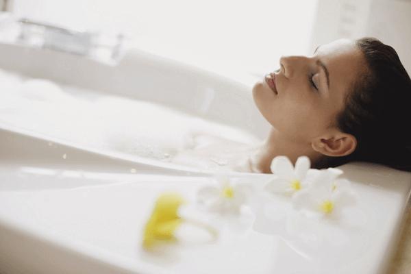 Tắm bằng nước ấm giúp kích hoạt khả năng lưu thông máu và trao đổi chất của cơ thể