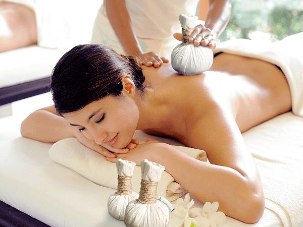 Chườm nóng lưng bằng thảo dược để làm giảm các cơn đau lưng trước chu kỳ kinh nguyệt