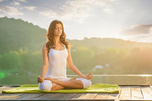 Hít thở sâu giúp giảm cảm giác căng cứng đau thắt lưng