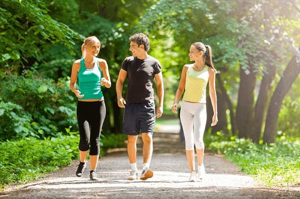 Đi bộ nhẹ nhàng vừa giúp giảm đau lưng lại cải thiện tinh thần vui vẻ, lạc quan cho các chị em