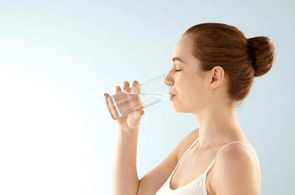 Chị em nên uống đủ nước để tiếp thêm năng lượng cho cơ thể và giảm thiểu đau lưng trước chu kỳ