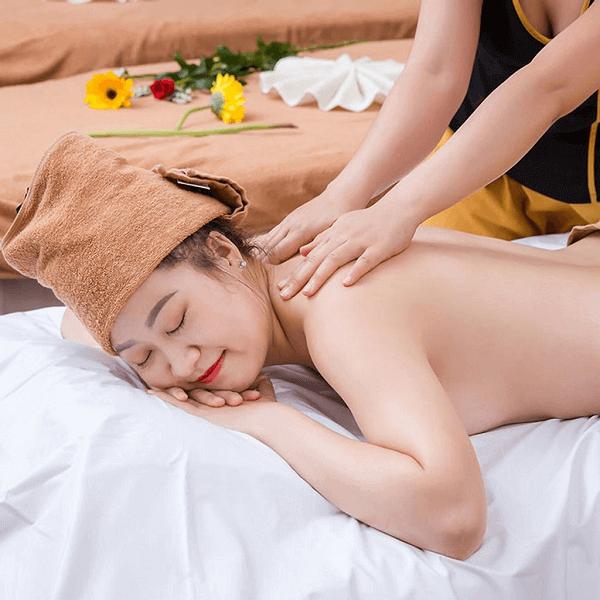 Massage nhẹ nhàng giúp cột sống thắt lưng được thư giãn