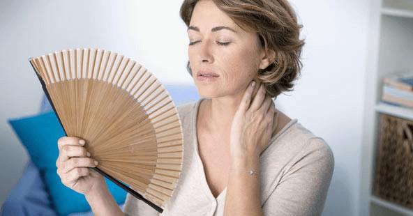 Khí hư màu nâu trước kỳ kinh nguyệt có thể là dấu hiệu của triệu chứng mãn kinh ở chị em phụ nữ tuổi từ 40-50